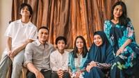 <p>Gitaris Dewa 19, Andra Ramadhan, menikahi Ismulia Permatasari pada 1999 silam. Mereka dikaruniai empat anak, Bunda, dua perempuan dan dua laki-laki. (Foto: Instagram @andra_photo)</p>