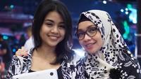<p>Wah, tinggi Yasmeen sudah melampaui Bunda Ismulia nih. Tapi yang pasti, keduanya sama-sama cantik! (Foto: Instagram @liasadarjoen)</p>
