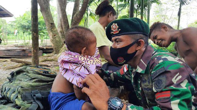 Satgas Pamtas RI-PNG Yonif Mekanis Raider 413 Kostrad Pos Yetti memperkenalkan budaya Pulau Jawa kepada anak-anak Papua di Distrik Arso Timur, Kabupaten Keerom.