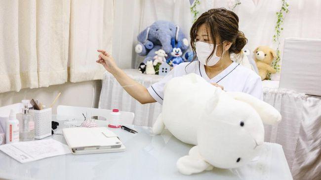 Natsumi Clinic punya spesilisasi dalam memulihkan boneka dan mainan rusak ke kondisi primanya