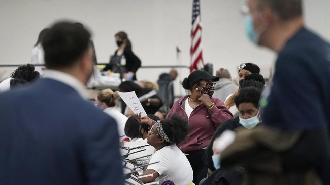 Sejumlah massa mendatangi gedung penghitungan suara di Detroit, Michigan, meminta penghitungan suara Pilpres AS 2020 dihentikan.