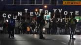Aksi protes mewarnai proses penghitungan suara pilpres Amerika Serikat 2020 di sejumlah titik, termasuk New York, Midtown Mahattan, Philadelphia, dan Chicago.