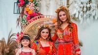 <p>Menjadi ratu sehari, Ashanty enggak kalah cantik dari dua putrinya, Aurel dan Arsy Hermansyah. (Foto: Instagram @ashanty_ash)</p>