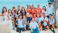 <p>Ulang tahun Ashanty kali ini diadakan di El Kabron Bali. Suasana terlihat begitu indah karena dikelilingi pemandangan laut Bali. (Foto: Instagram @ashanty_ash)</p>