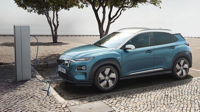 Menurut Daihatsu harga mobil listrik di Indonesia masih kemahalan, sementara Toyota sebut 'tunggulah nanti akan dikabari'.