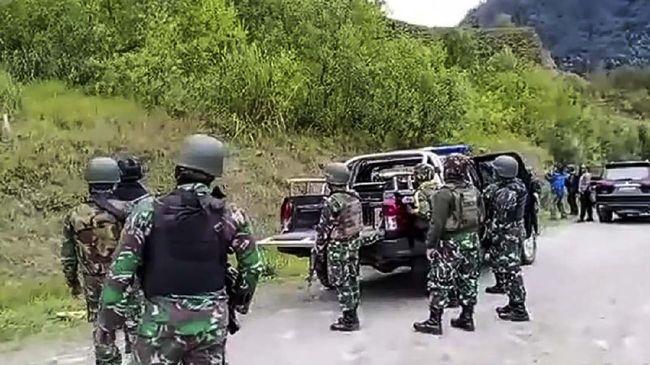 TNI menyatakan anggota yang membelot merupakan anggota Yon Infanteri 400 Raider dan sempat ditugaskan di Kabupaten Intan Jaya.
