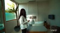 <p>Kamar mandi di vila ini terlihat minimalis didominasi warna putih. Ada tanaman hijau yang menambah suasana alami di sudut kamar mandi. (Foto: YouTube Nikita Willy Official)</p>