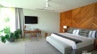 <p>Kamar tidur utama di vila terlihat begitu sederhana namun elegan. (Foto: YouTube Nikita Willy Official)</p>