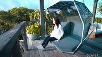<p>Di teras lantai atas, Nikita Willy dan Indra Priawan bisa menikmati pemandangan indah vila dan pantai. Teras ini didominasi warna hitam dan bahan kayu. (Foto: YouTube Nikita Willy Official) </p>