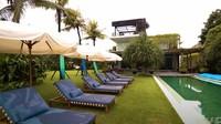<p>Vila besar ini memiliki fasilitas mewah, seperti kolam renang dan beberapa balkon yang menghadap ke pantai. (Foto: YouTube Nikita Willy Official)</p>