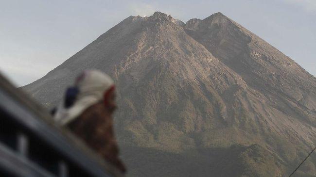 Gunung Merapi mulai memasuki fase erupsi dan memuntahkan lava pijar yang terlihat pertama kali sejak 4 Januari 2021.