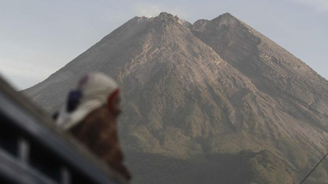 Jumlah warga yang dievakuasi bertambah menjadi 1.831 jiwa imbas status siaga Gunung Merapi di Yogyakarta.