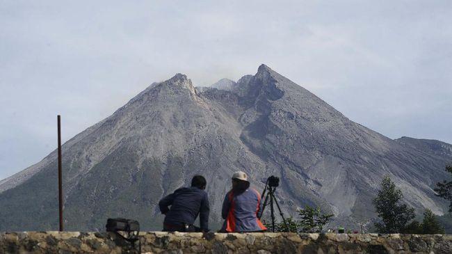 Gunung Merapi mengalami erupsi hingga meluncurkan awan panas guguran sejauh 3 kilometer. Akibatnya hujan abu tipis mengguyur Sleman.
