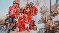 <p>Selain Ashanty, suami dan anak-anaknya juga mengenakan pakaian dengan desain serupa. Mereka tampil kompak di hari bahagia tersebut. (Foto: Instagram @ashanty_ash)</p>