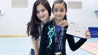 3. Cut Tari mendukung putrinya yang tidak mengikuti jejaknya sebagai seorang aktris. Sydney adalah atlet senam, yang sering memenangi kejuaraan di dalam maupun luar negeri, Bunda. (Instagram Cut Tari)