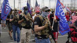 FOTO: Massa Trump Bawa Senjata, Rekapitulasi Pilpres Tegang