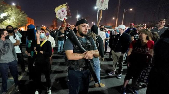 Massa pendukung Donald Trump menggelar aksi protes meminta penghitungan ulang. Suasana tegang lantaran di antara mereka ada yang membawa senjata api.