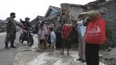 Sejumlah warga yang tinggal di kaki Merapi mengungsi terkait peningkatan status gunung itu. Berikut gambarannya.