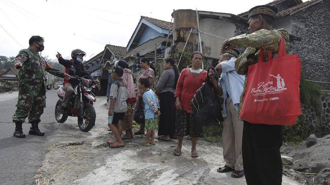 Sekitar 300 relawan PMI masih bertahan untuk memberikan bantuan pertolongan pertama, evakuasi, hingga psikososial.