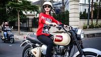 <p>Tak cuma menyibukkan diri di dunia hiburan, Wika Salim juga memiliki hobi mengendarai moge (motor gede).</p>