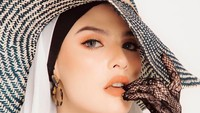 <p>Selain memiliki bakat modeling seperti yang ia pamerkan di Instagram, Brina juga jago nyanyi. Ia merilis single pertama bertema religi pada Mei 2019, berjudul <em>Cinta Cahayamu</em>. (Foto: Instagram @brinashabyna)</p>