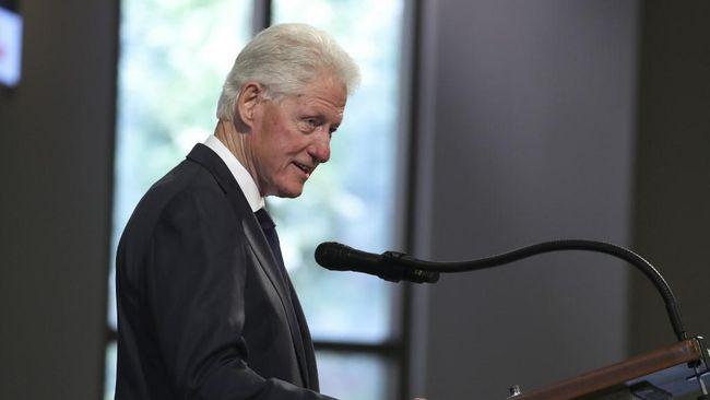 Presiden AS ke-42, Bill Clinton pernah menolak undangan dari Ratu Elizabeth karena ingin merasakan jadi turis di London saat berkunjung ke Inggris pada 1997.