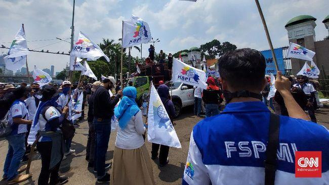Buruh masih mengusung tuntutan menolak Omnibus Law Cipta Kerja dan meminta pemerintah mencabut keputusan tidak menaikkan upah minimum 2021.