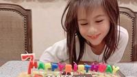 """<p>Pada 21 Agustus lalu, Siti KDI membagikan momen ulang tahun ke-7 putrinya. Salah seorang netizen turut mendoakan, """"<em>Selamat ulang tahun, panjang umur sehat selalu makin pinter... Cantik bgt solehah nya..</em>"""" (Foto: Instagram @siti_perk)</p>"""