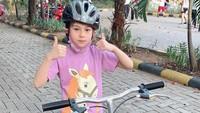 <p>Beberapa bulan lalu, Bunda Siti membawa Elif pulang ke Indonesia. Kata sang bunda, Elif betah lho sampai minta sekolah di sini. (Foto: Instagram @siti_perk)</p>