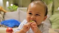 <p>Tahukah, Bunda, <em>followers</em> Kiano Tiger Wong sudah mencapai 1,9 juta lho. <em>Wow!</em> Wajar kalau netizen menganggap putra pertama Paula Verhoeven dan Baim Wong ini sebagai keponakan <em>online</em>. Makin besar, bayi 11 bulan ini makin menggemaskan. (Foto: Instagram @kianotigerwong)</p>