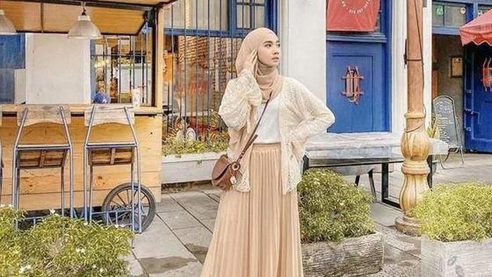 Mix and Match Outfit Hijab dengan Rok Plisket, Tampil Anggun dan Modis