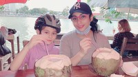 <p>Istirahat dulu habis naik sepeda, Bunda Siti dan Elif menikmati kelapa muda. Segar banget! (Foto: Instagram @siti_perk)</p>