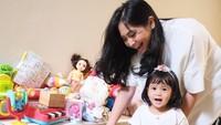 <p>Seperti anak seusianya, Ansara juga mengoleksi mainan dan sering bermain bersama dengan sang ibu. (Foto: Instagram @cacatengker)</p>