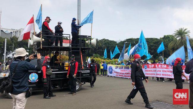 Massa buruh menggelar demo di Patung Kuda menuntut pembayaran THR Lebaran dibayar penuh dan sejumlah tuntutan lain.