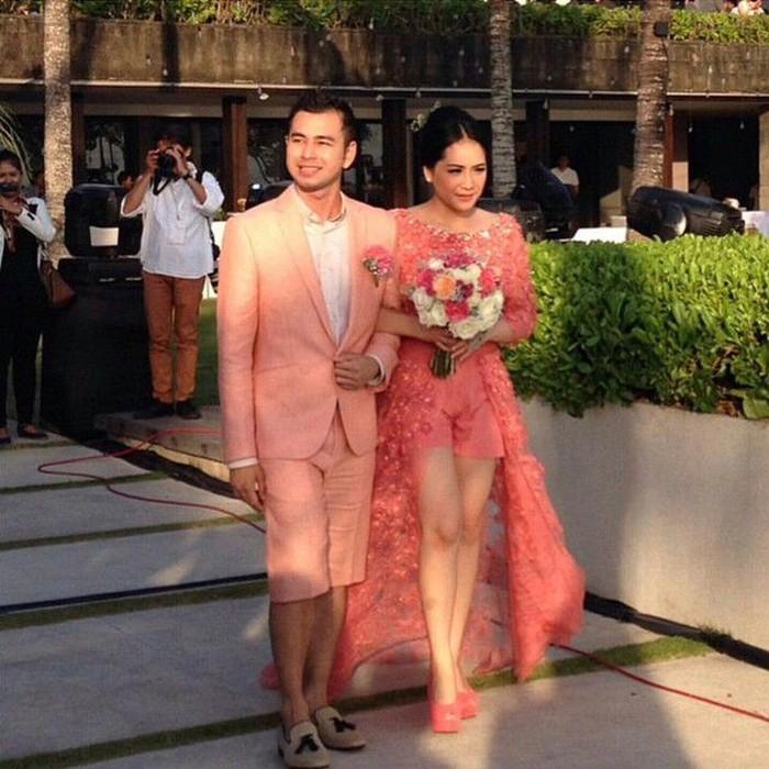 Nagita Slavina, istri dari Raffi Ahmad tampil menawan sekaligus kasual saat menggelar resepsi pernikahan yang kedua di Tabanan, Bali tahun 2014 lalu. Kedua mempelai memakai busana bertema pink yang mencerminkan cinta mereka berdua. Nagita kala itu tampak mengenakan atasan kebaya berpotongan ekor panjang warna pink dan dipadankan dengan celana pendek. (Pernikahan Nagita Slavina/Foto: Instagram/raffinagita1717)