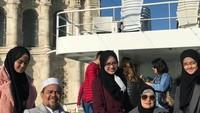 <p>Sosok Syarifah Najwa Shihab memang jarang terekspos, Bunda. Ia beberapa kali muncul di foto keluarga Rizieq Shihab. (Foto: Twitter)</p>