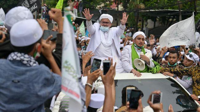 Di tengah pengumpulan massa usai kedatangan Rizieq Shihab, sebagian orang tetap tertib protokol kesehatan seraya mempertanyakan penindakan atas kerumunan itu.