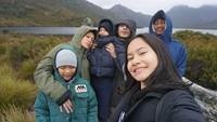 <p>Keluarga yang sering liburan dan jalan-jalan bareng ini jarang mendapat gosip miring, lho. Kita doakan semoga kebahagiaan dan kesehatan selalu mengiringi langkah mereka ya, Bunda. (Foto: Instagram @inong_ayu)</p>