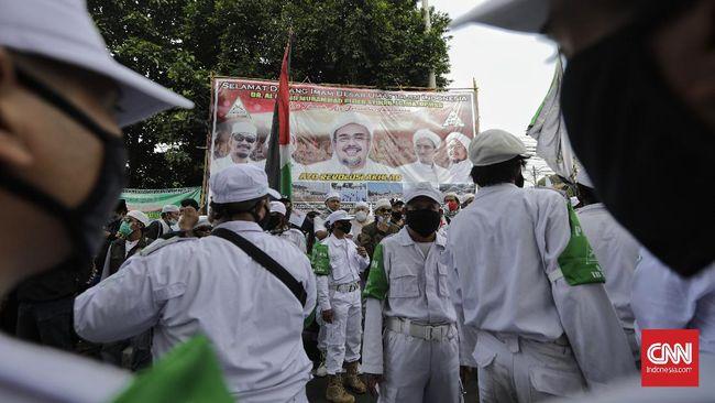 FOTO: Gairah Massa Menyambut Kedatangan Rizieq Shihab