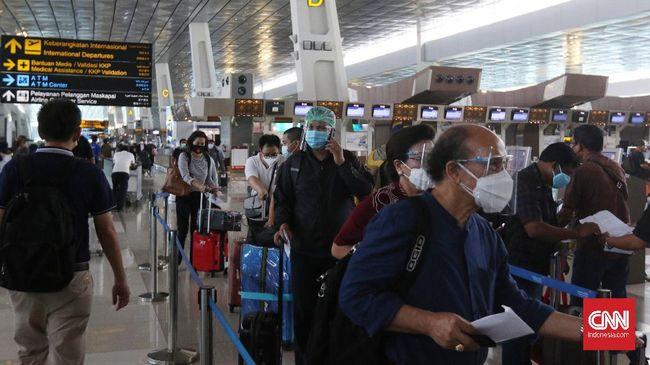 Sejumlah calon penumpang merasa petugas tidak siap, sehingga antrean tak tertangani dengan baik hingga mengular.