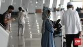 Sejumlah calon penumpang pesawat di Bandara Soetta terdampak kemacetan akibat kerumunan masa penjemput kepulangan Rizieq Shihab.