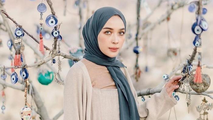 Gaya Hijab Pashmina Simpel dan Modis ala Selebgram Tanah Air