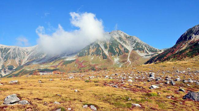 Pemandangan kekuningan di wilayah Murodo-Daira mencapai puncaknya pada Oktober.