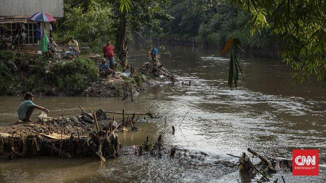 Wajah Ciliwung berubah. Cerita mencari udang di tepi sungai tinggal kenangan, berganti dengan limbah tinja dan pabrik, hingga momok banjir bandang menerjang.