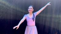 <p>1. Bakat seni Sherina Munaf mengalir dari kedua orang tuanya, Bunda. Ayahnya Triawan Munaf merupakan vokalis sekaligus keyboardist grup musik di tahun 1980-an, sedangkan sang ibu, Luki Ariani adalah seorang penari balet, tradisional, serta instruktur aquarobics.(Foto: Instagram ig: @lukiariani)</p>