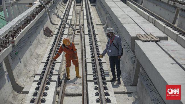 Menhub Budi Karya Sumadi melakukan uji coba sistem persinyalan LRT Jabodebek. Saat ini, progres pembangunan tahap I mencapai 79 persen.