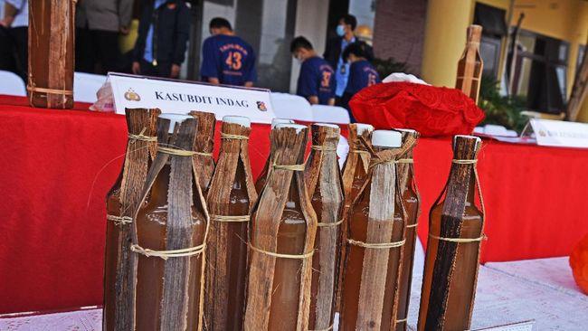 Tetua Adat Baduy melakukan pemusnahan madu palsu yang dijual warga setempat.