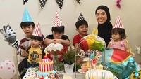<p>Sebagai pelengkap kebahagiaan, pasangan ini sudah dikaruniai empat orang anak lak-laki dan seorang anak perempuan. (Foto: Instagram @ratnagalih)</p>