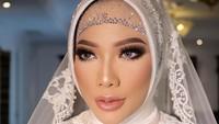 <p>Syaikha tampil sangat cantik di hari pernikahannya nih, Bunda. Ia didandani dengan make up bold ditambah lipstik berwarna nude. (Foto: Instagram @bennusorumba)</p>