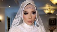 <p>Cucu Ma'ruf Amin ini tampak anggun mengenakan kebaya berwarna putih. Ditambah mahkota kecil yang ada di atas kerudungnya. (Foto: Instagram @bennusorumba)</p>